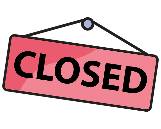 "Image of a hanging ""closed"" sign"