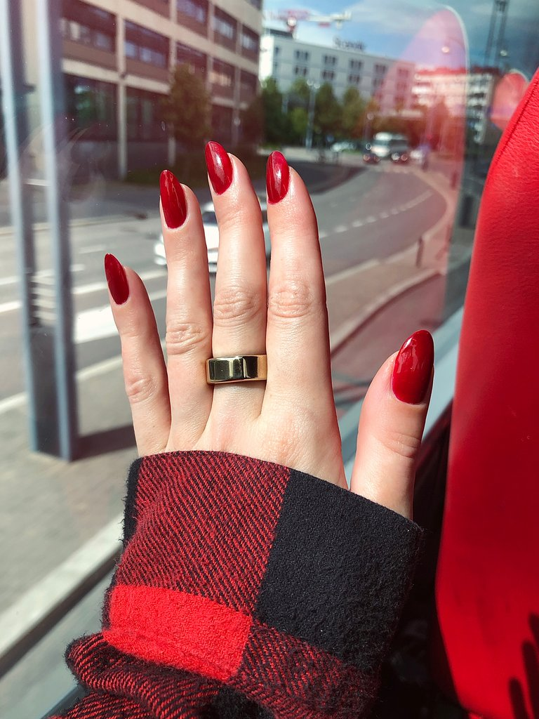oura_ouraring_heritagegold_gold_rednails.     jpeg
