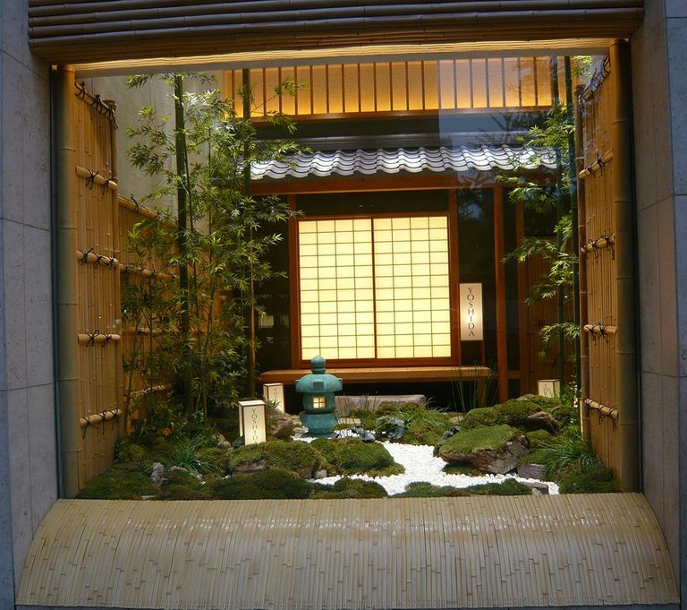 2019-04-24 Osaka (24) vitrine jardin zen L.jpg