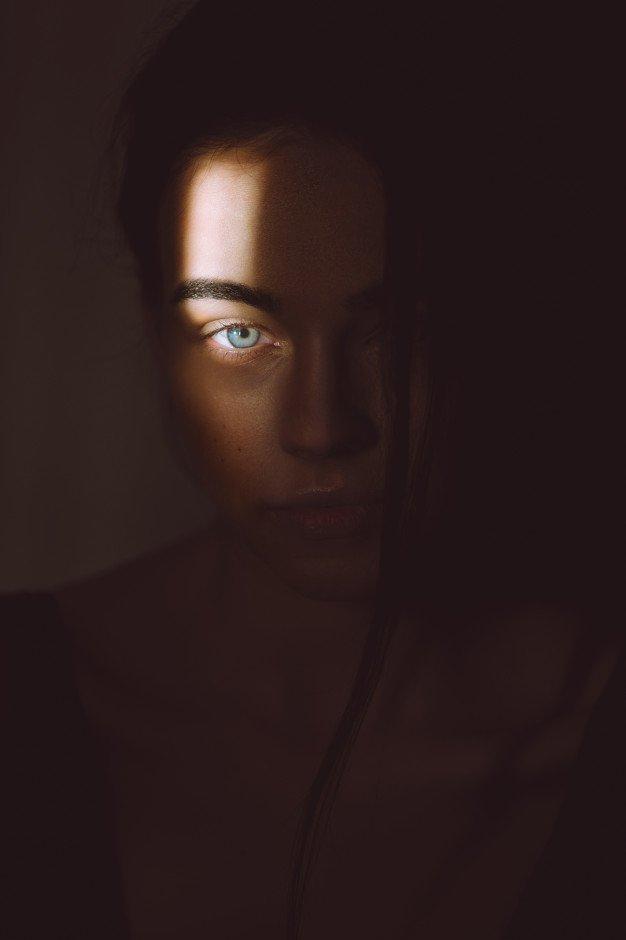 retrato-hermosa-mujer-rubia-oscuridad-luz-suave-su-rostro_3579-3223.jpg