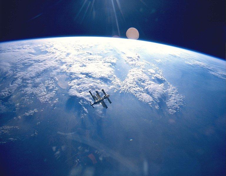 768px-Earth_&_Mir_(STS-71).jpg