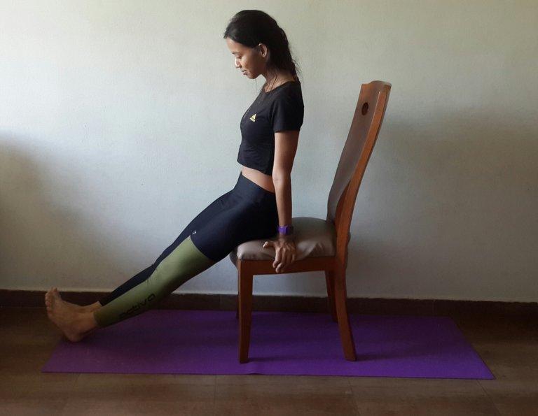 Kniesehne Achillessehne Dehnen Yoga Übung.jpg