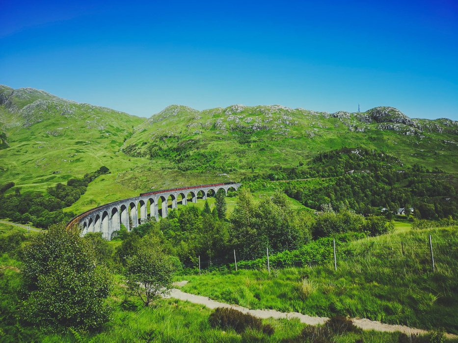 The Jacobite train on Glenfinnan Viaduct from Mallaig could be seen 15 minutes after the one rolling from Fort WIlliam. Photo by Alis Monte [CC BY-SA 4.0], via Connecting the Dots