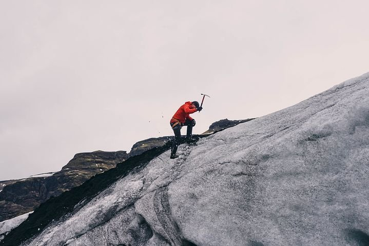 mountain-climbing-802099__480.jpg