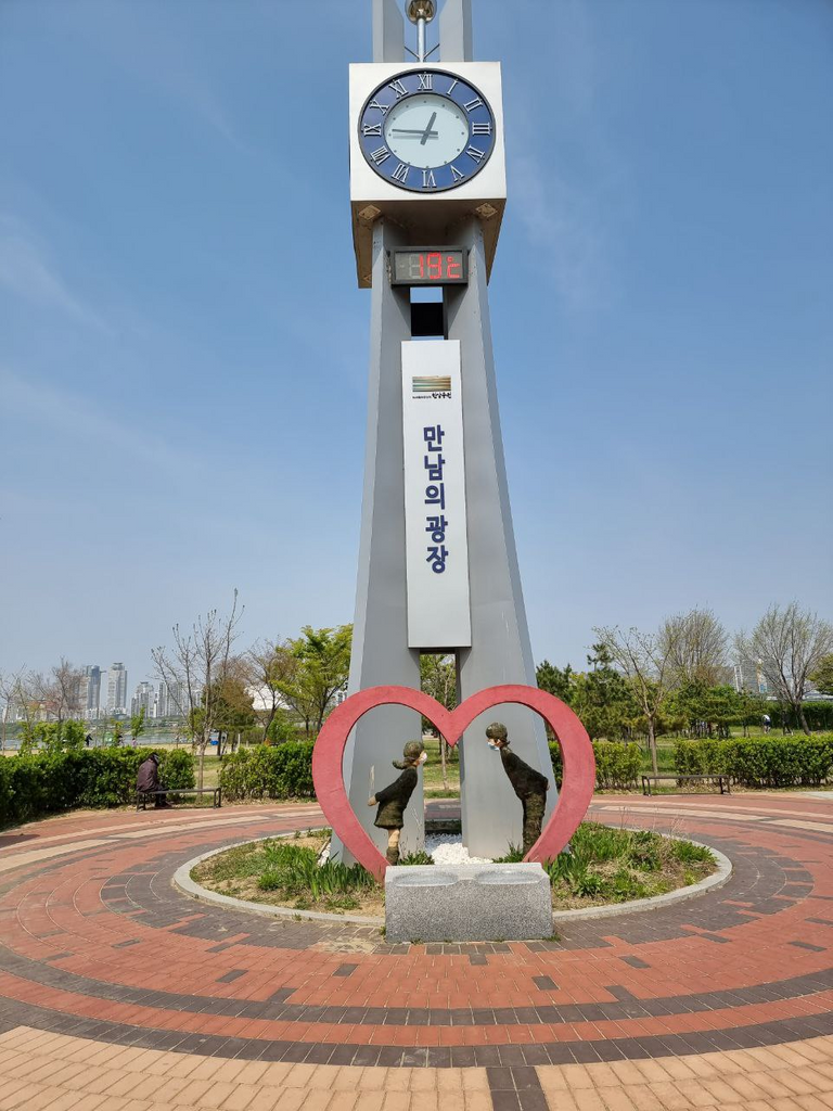 A dating square in the Hangang River Park
