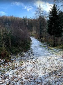 Un día de otoño e invierno en las montañas de Polonia