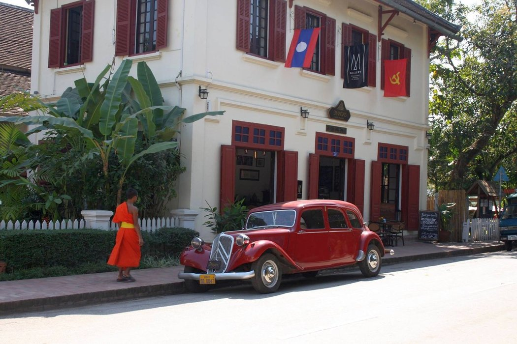 The first thing I've noticed once we reached the old town of Luang Prabang was the mixture of traditional Laotian and 19th-century French architecture.