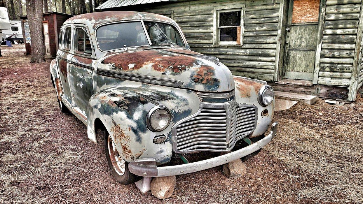 Das alte Auto ist sorgfältig auf noch älter getrimmt.