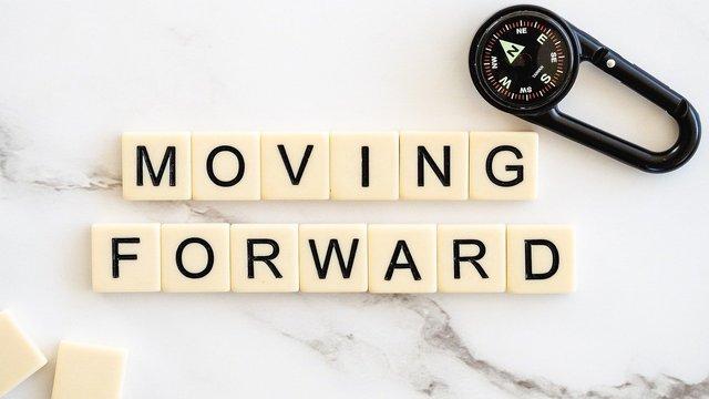 moving-forward-4777506_1280.jpg