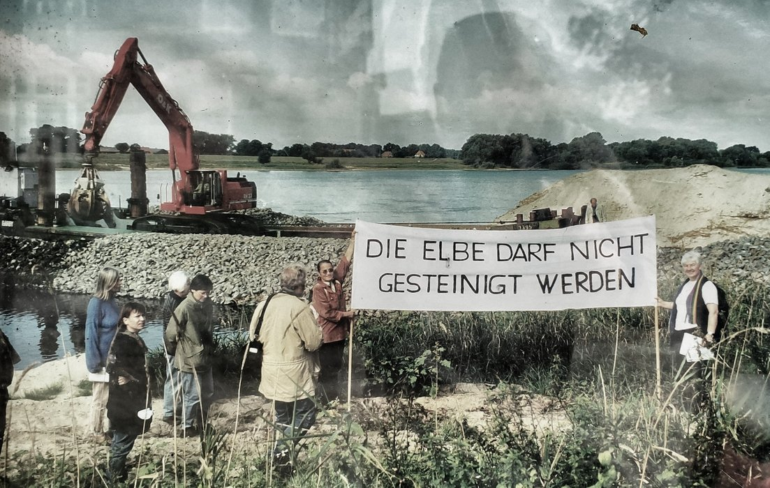 After the fall of the wall people protets against the Elbe as a water way.