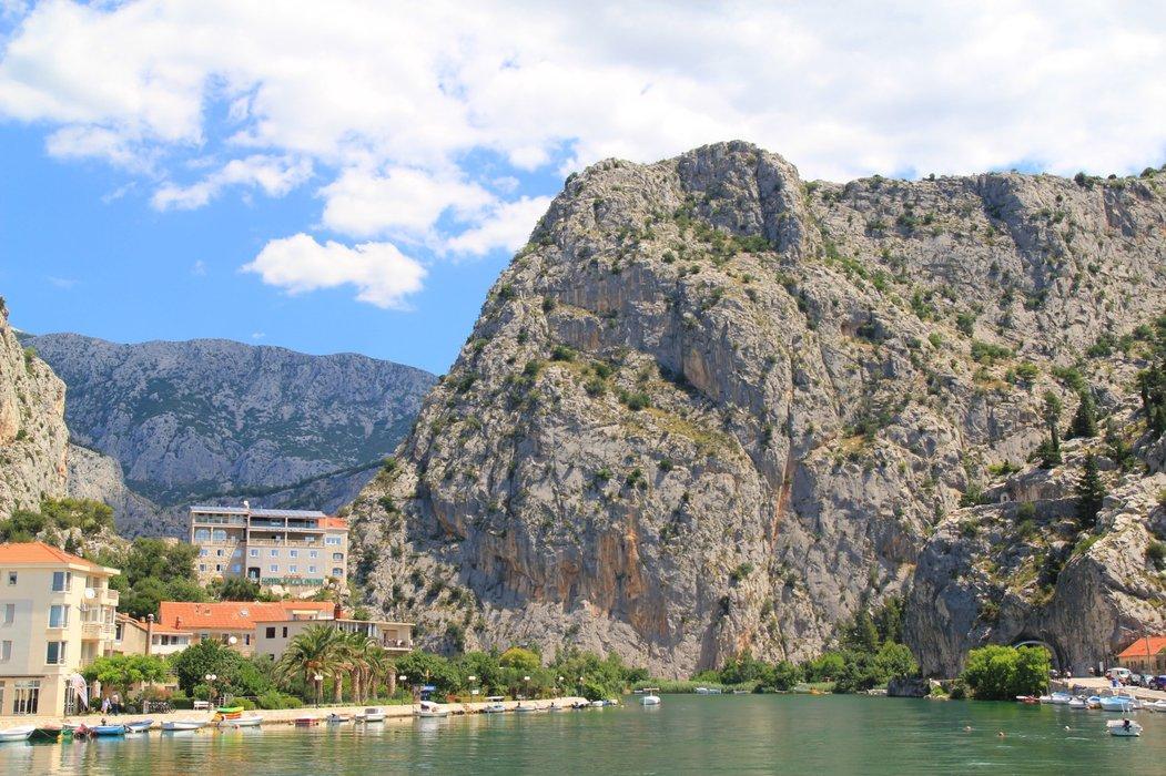 Nad miastem góruje stara baszta, na którą można się wspinać, aby zrobić ładne zdjęcia z widokiem na cały Omiš i zatokę.