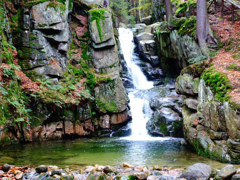 wodospad jesienią