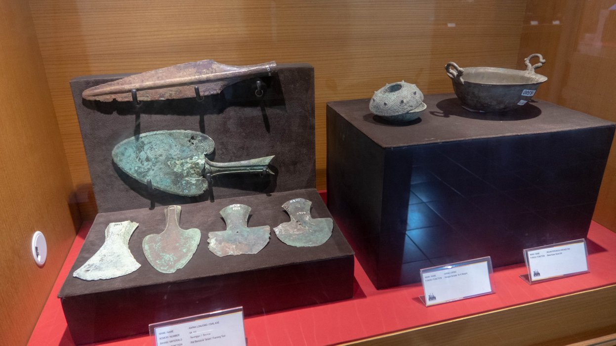 Spear heads and bowls made of bronze.