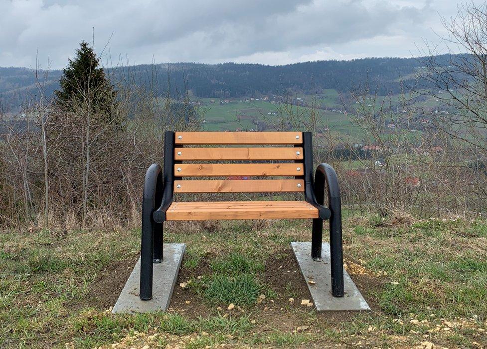 COVID-owa (pojedyncza) ławka pod Krzyżem Milenijnym w Młyńczyskach