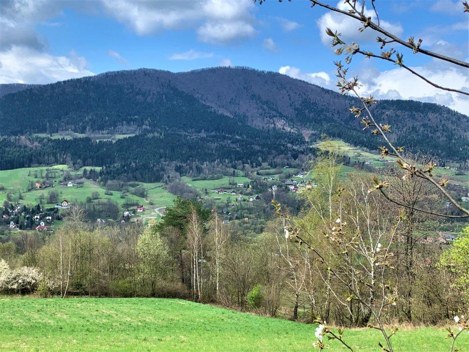 Widok na Szczebel z szlaku z Lubogoszczy do Kasinki Małej
