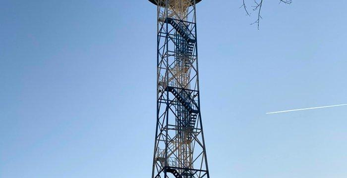 Park Kościuszki w Katowicach: wieża spadochronowa, kościół starszy od miasta i pomnik himalaistów