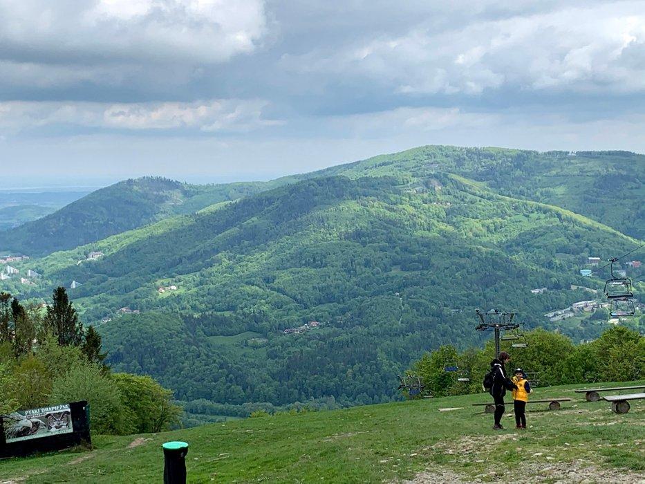 Widok na Równicę spod górnej stacji wyciągu krzesełkowego pod szczytem Czantorii Wielkiej