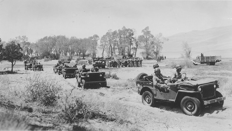 Army_Jeeps_at_Great_Sand_Dunes,_World_War_2_27343800582.jpg