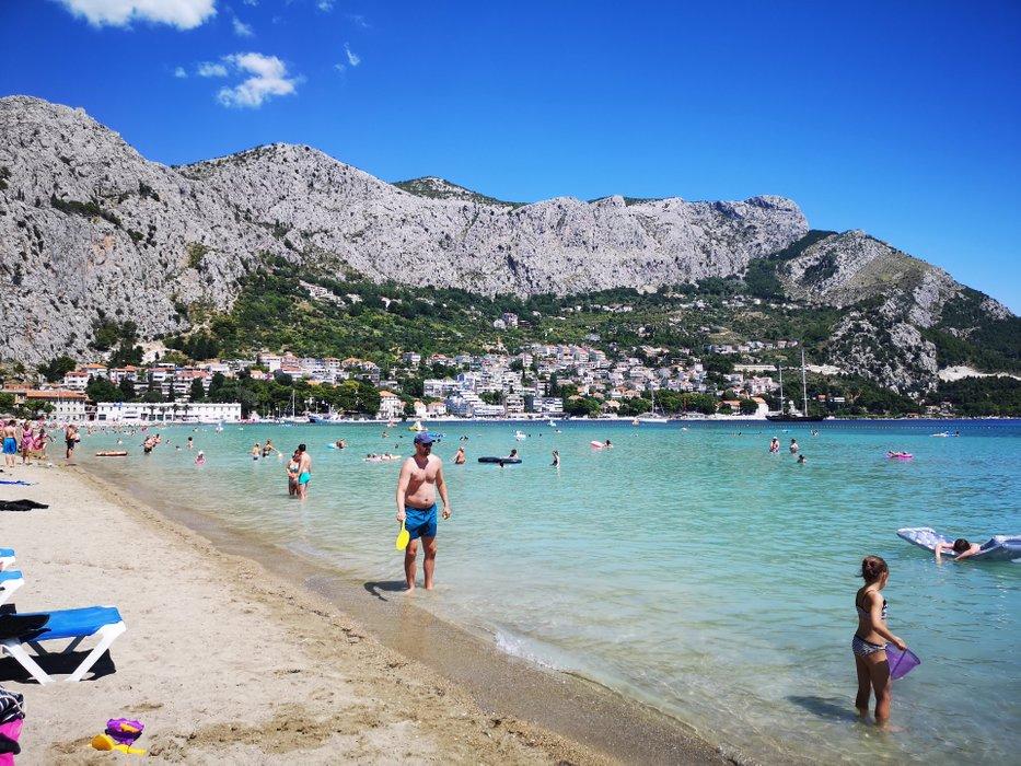 Super atrakcją Omiša jest oczywiście plaża. I o ile wiadomo, że każdy chce w Chorwacji trochę poplażować, tak Omiš zasługuje na specjalną uwagę że względu na piaszczystą plażę i bezproblemowe dno (można bez butów do wody), a jednocześnie zachowuje ten wspaniały kolor chorwackiej wody.