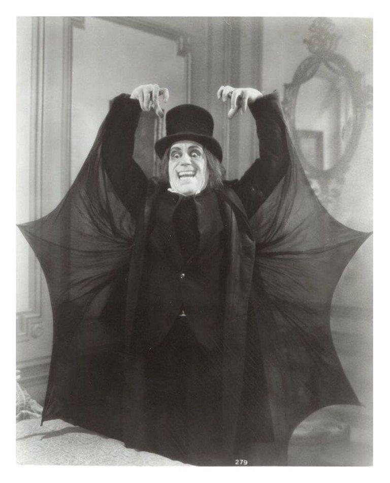 Lon_Chaney_London_After_Midnight_Vampire_Bat_Cape.jpg