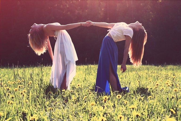 girls839809_1280.jpg
