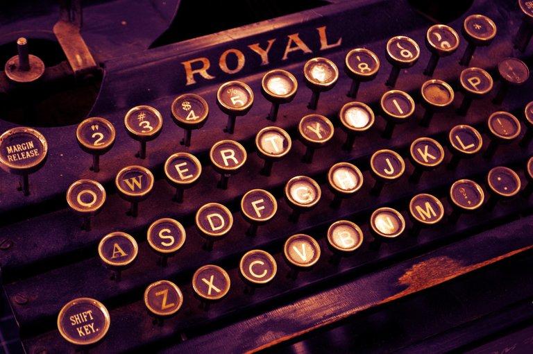 typewriter_1170657_1920.jpg