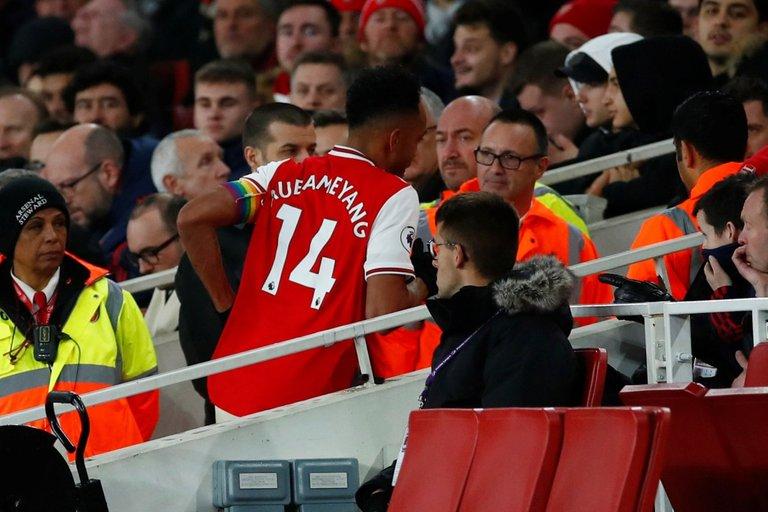 Arsenal-fans-furious-as-Aubameyang-leaves-pitch-for-'toilet-break'.jpg