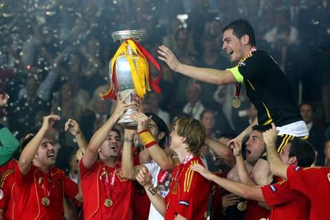 iker-casillas-and-spanish-team-celebrating-with-the-trophy-news-photo-1624617608.jpg