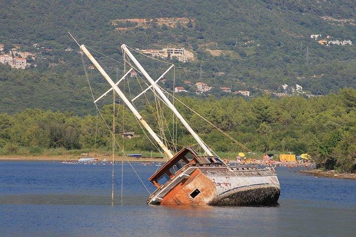 shipwreck-4388637__480.jpg