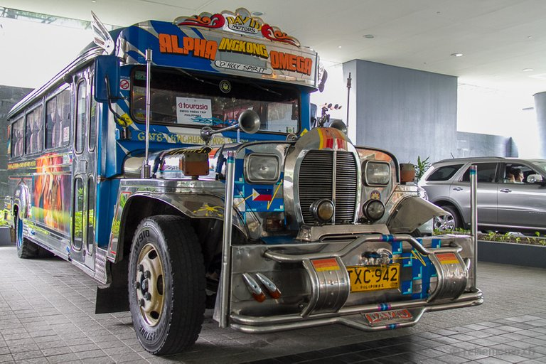 Jeepney_vor_dem_Fairmont_Hotel_Manila__panoramio.jpg