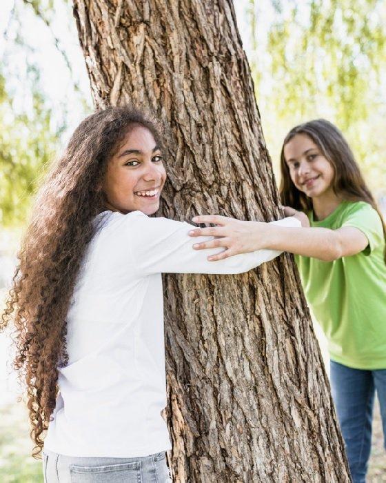 niñas abrazando arbol.jpg