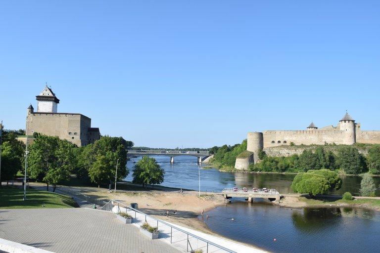 The bridge separating Russia and Estonia