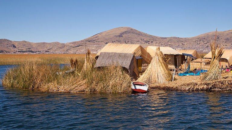 800px-Peru_Lago_Titicaca_Islas_Flotantes.jpg