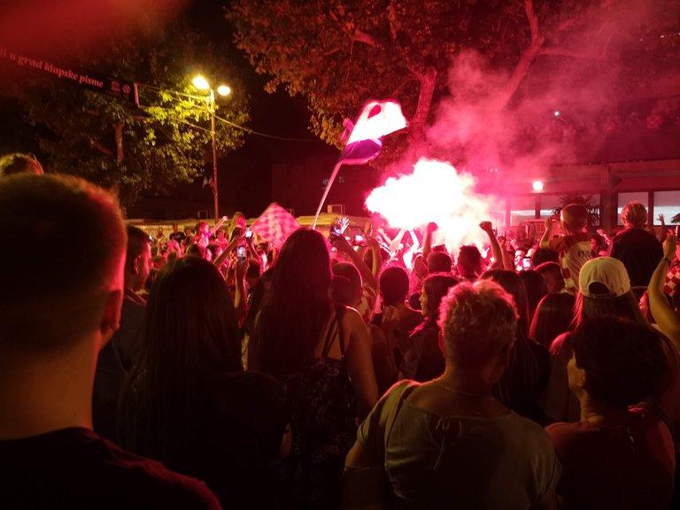 Jeśli macie ochotę posłuchać piosenki, która była grana na okrągło oraz śpiewana przez Chorwatów na ulicach po zwycięstwie - taki swego rodzaju hymn tych finałów - to polecam serdecznie film poniżej. Wpada w ucho :)