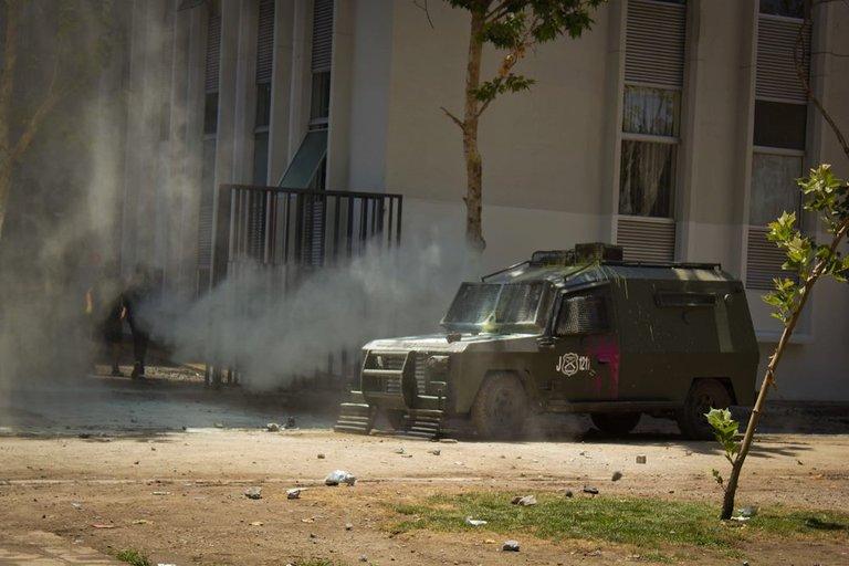 Students clash with carabineros in Santiago 04