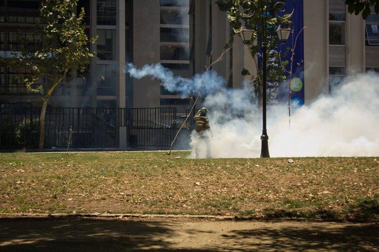 Students clash with carabineros in Santiago 02