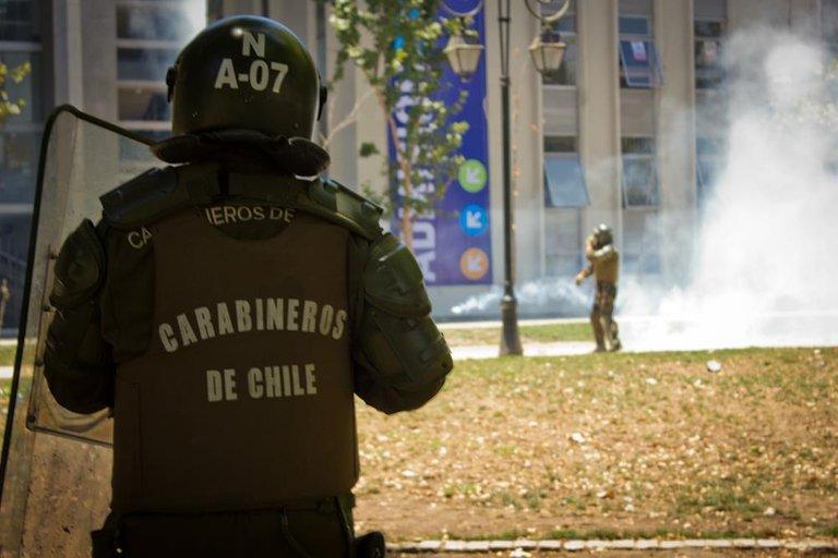 Students clash with carabineros in Santiago 01