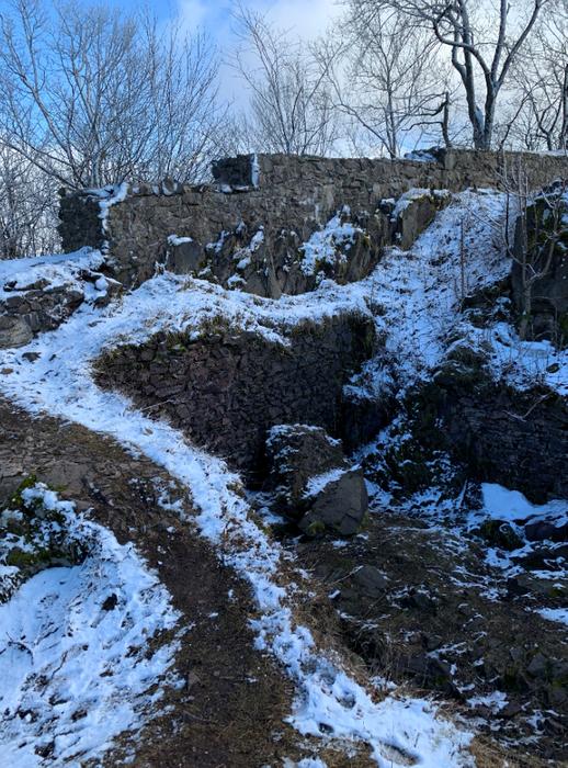 Ruiny zamku na szczycie Rogowiec